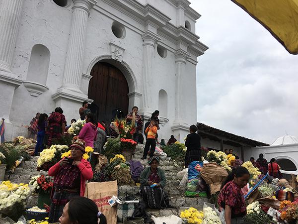Parvis de l'église avec ses marchandes de fleurs