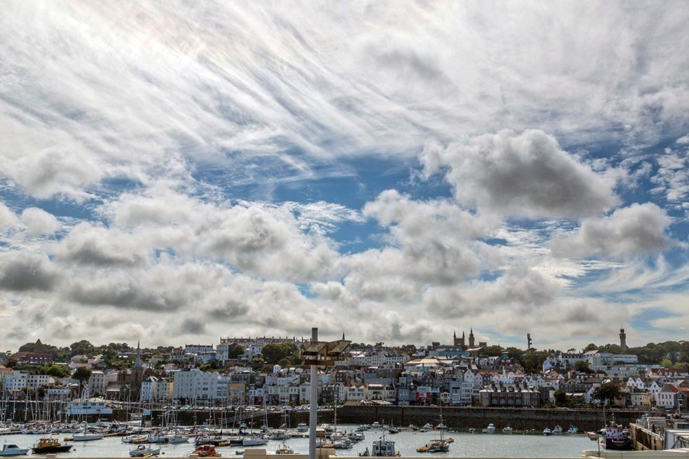 Guernesey sous les nuages