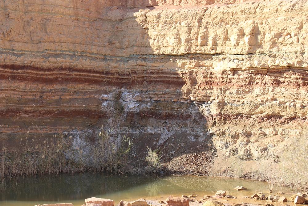 Traces de sel dans la roche laissées par la mer après son départ.