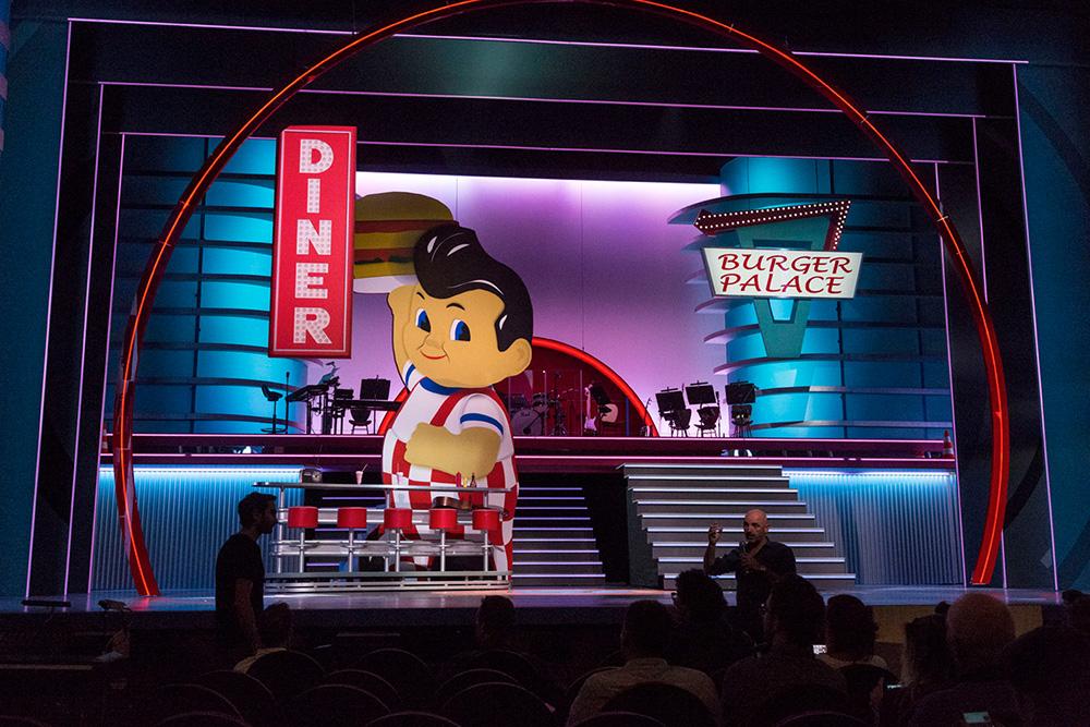 La scène du Théâtre Mogador pour le décor de Grease.
