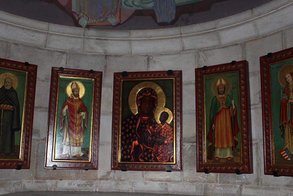 Tableaux dans une église
