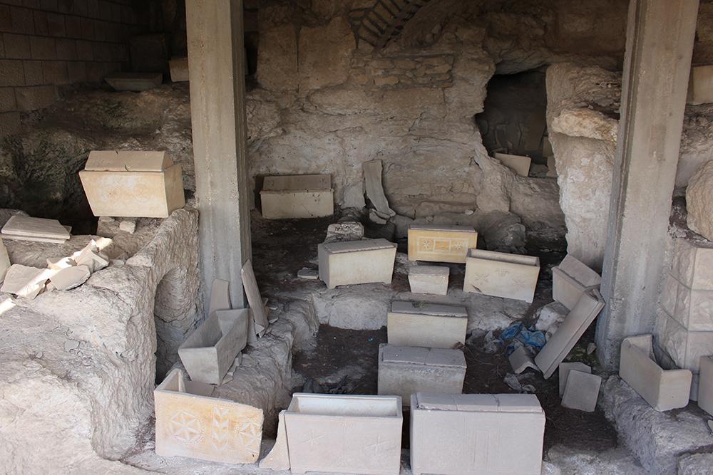 Cercueils retrouvés lors de fouilles