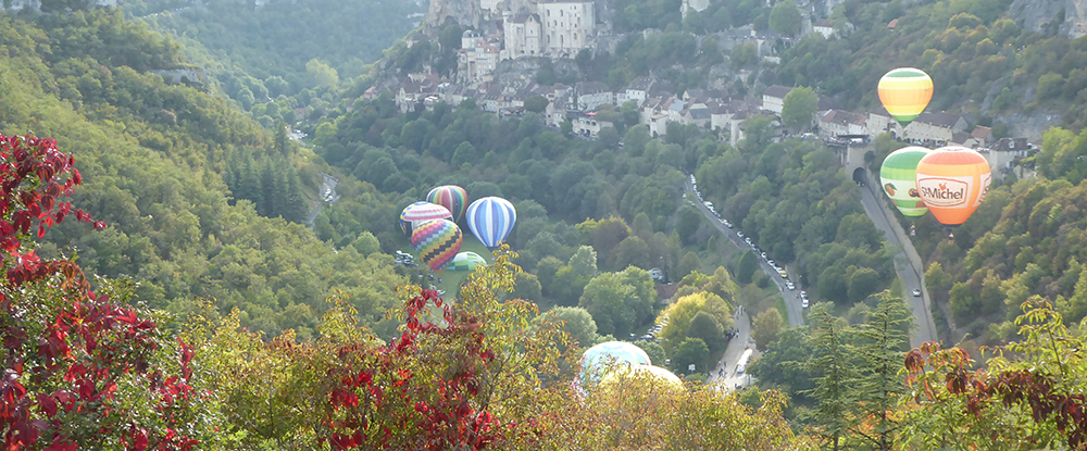 Le canyon, la falaise et le ciel se parent de ballons multicolores.
