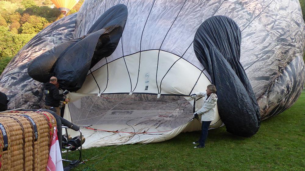 Pour gonfler les montgolfières on insuffle de l'air froid, puis le l'air chaud.