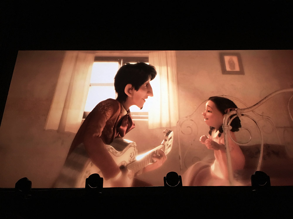 Coco enfant et son père qui lui chante une chanson.
