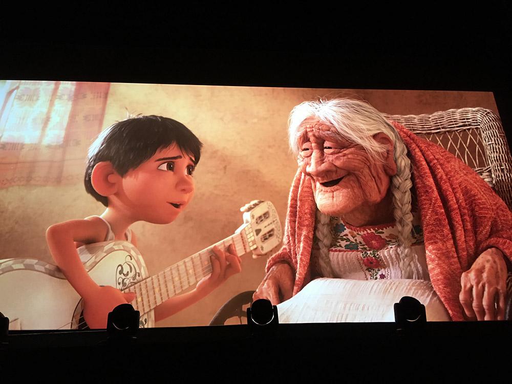 Miguel qui chante à Coco la chanson que son père lui chantait avant de partir.