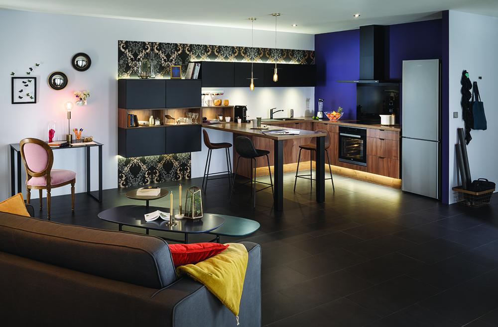 Look black et bois noble pour un style néo-classique