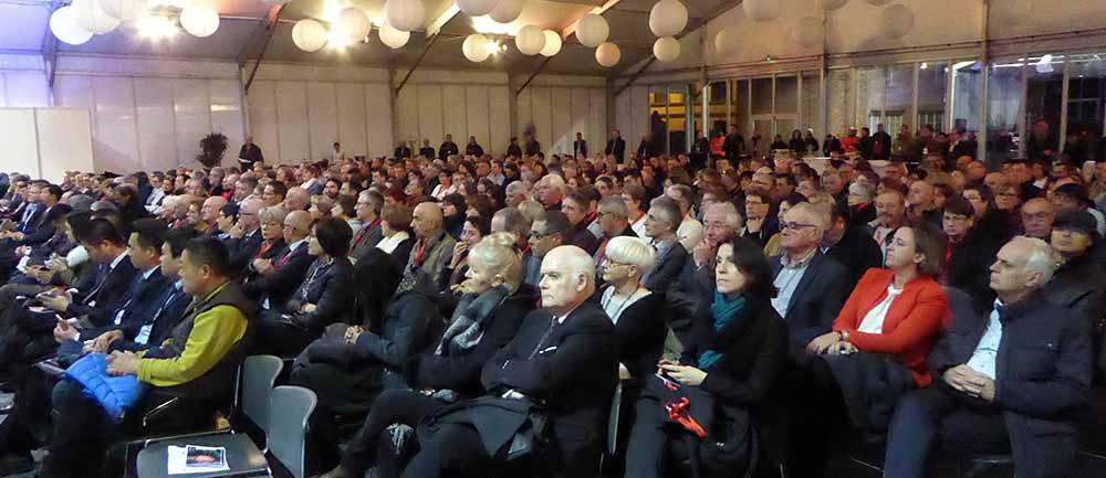 Des centaines de personnes et des autorités chinoises et régionales pour l'inauguration.