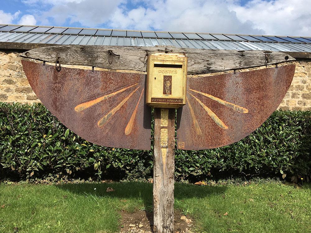Boite aux lettres située à l'entrée du cimetière où est enterré Arthur Rimbaud.