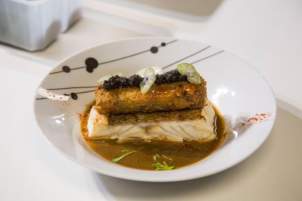 Le chef Christian Etchebest a cuisiné en public un Cabillaud, croustillant pied de cochon, combawa et caviar d'Aquitaine