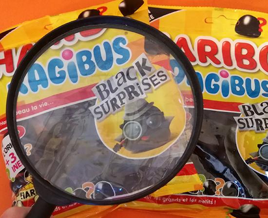 Haribo lance Dragibus Black Surprises, un paquet 100% Dragibus noirs. Il contient des dragées identiques mais renferme en réalité quatre goûts différents.