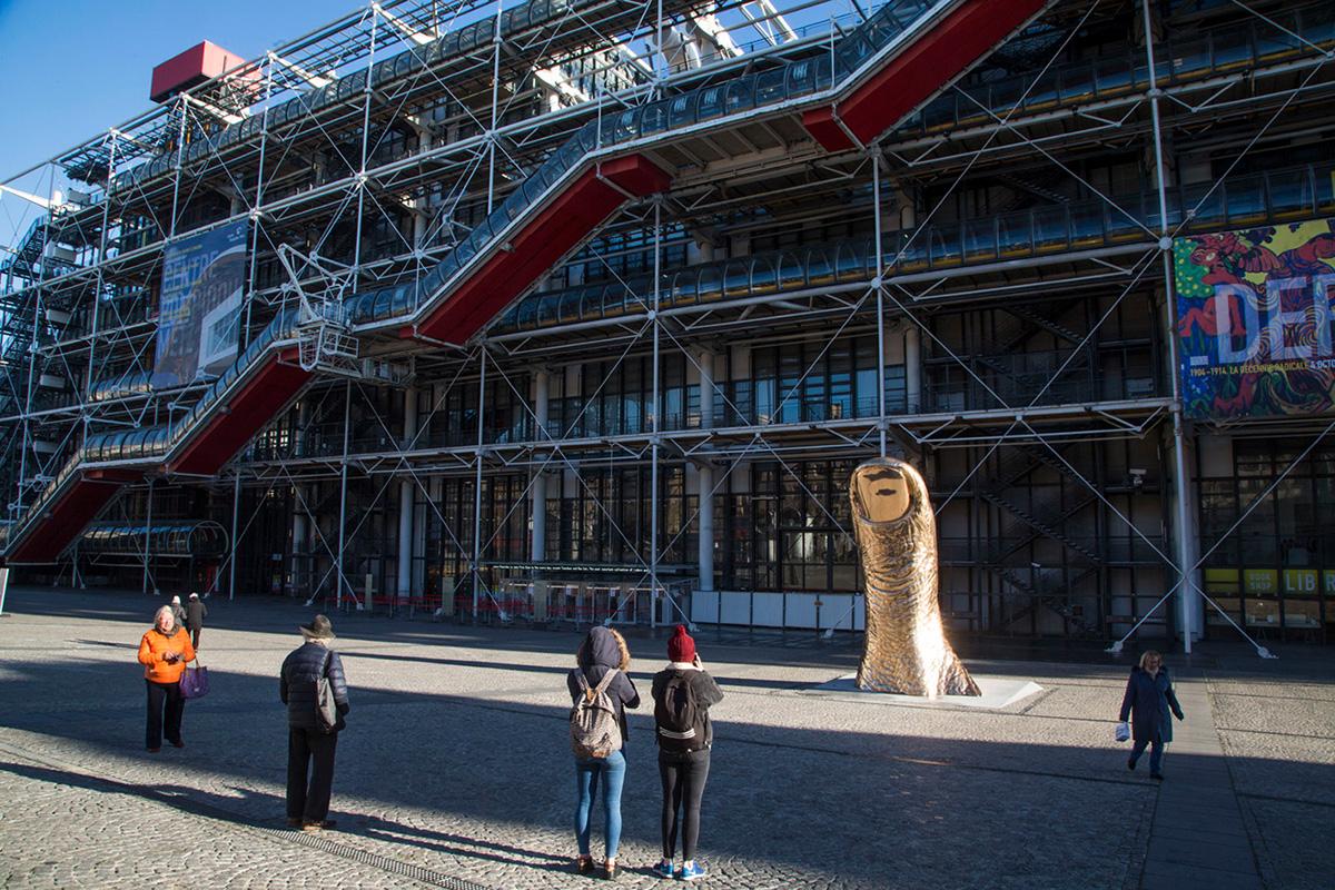 Un pouce monumental de César a été installé sur le parvis du Centre Pompidou.