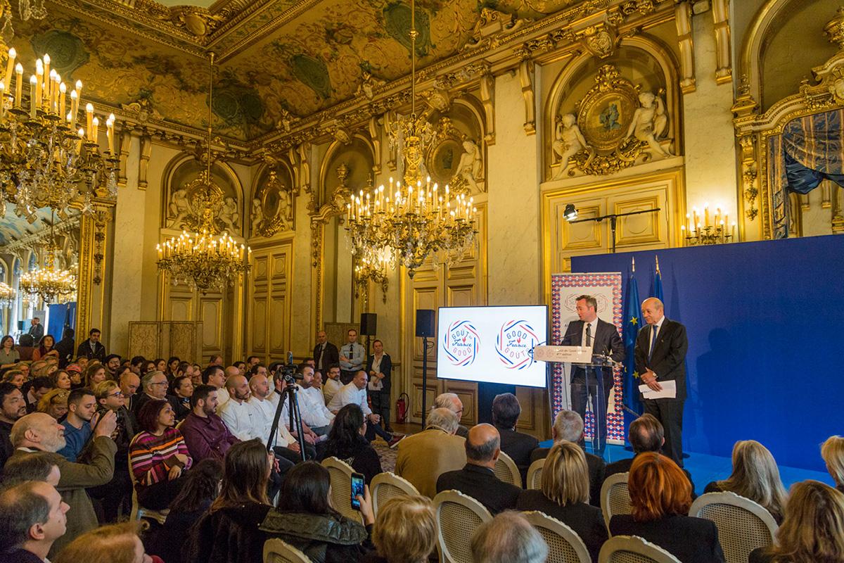 Les discours dans la salle de réception du Quai D'Orsay en présence de nombreux chefs et partenaires de l'opération.