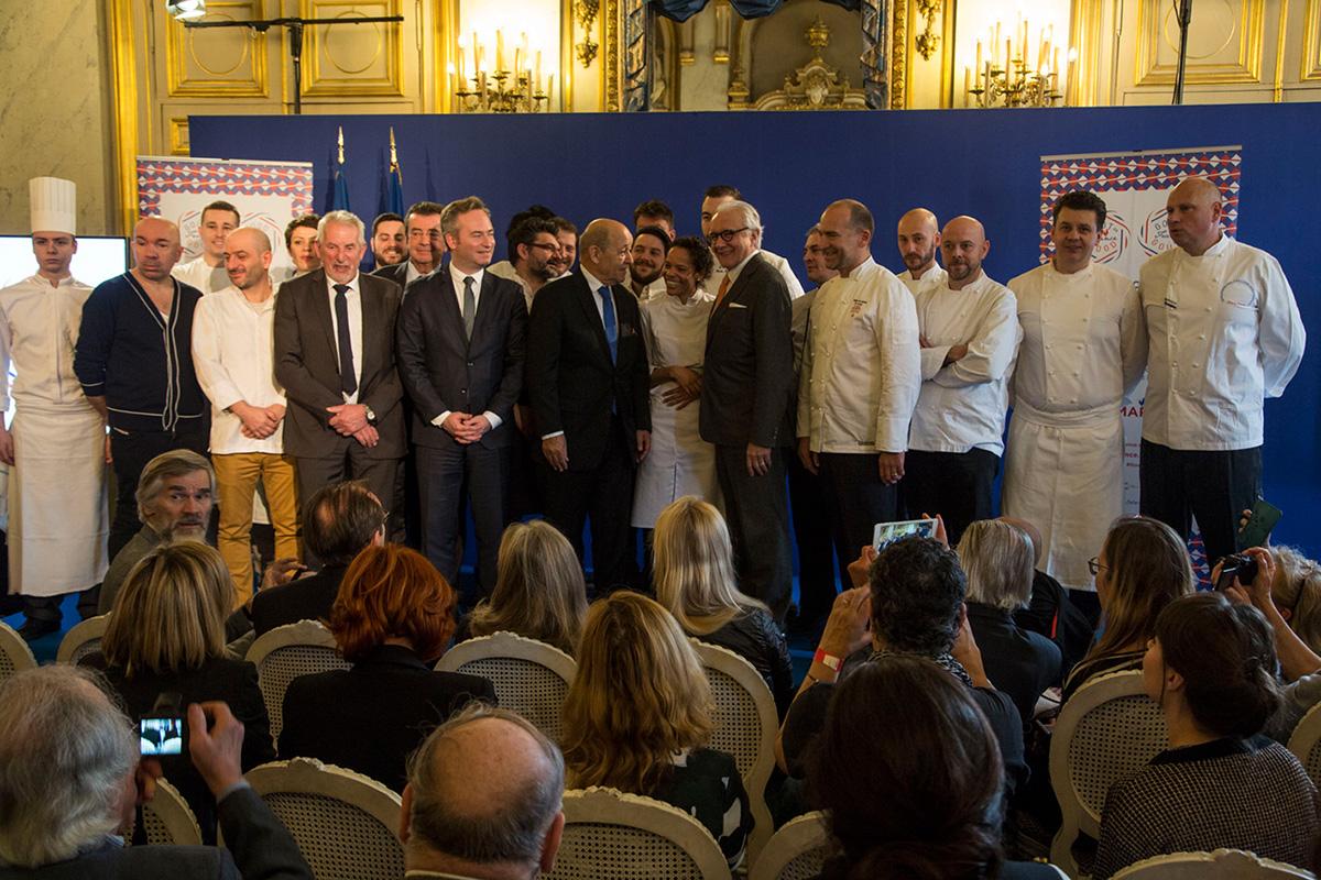 Photo de famille des chefs et des personnalités assistant au lancement de l'événement.
