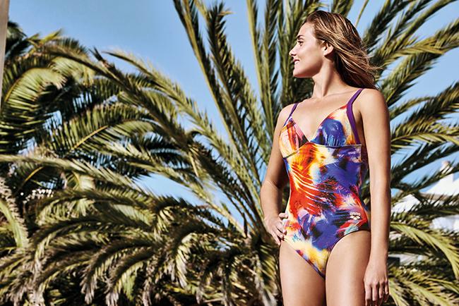 Arena lance Palm, une ligne de maillots de bain pour femme spécial plage. Palm, c'est un imprimé (motif palmier), deux coloris (Pix blue multi et Mirtilla multi) et cinq coupes.