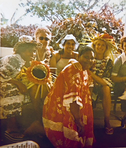 Marie Lincourt avec ses copines mélanésiennes et son amie blanche.