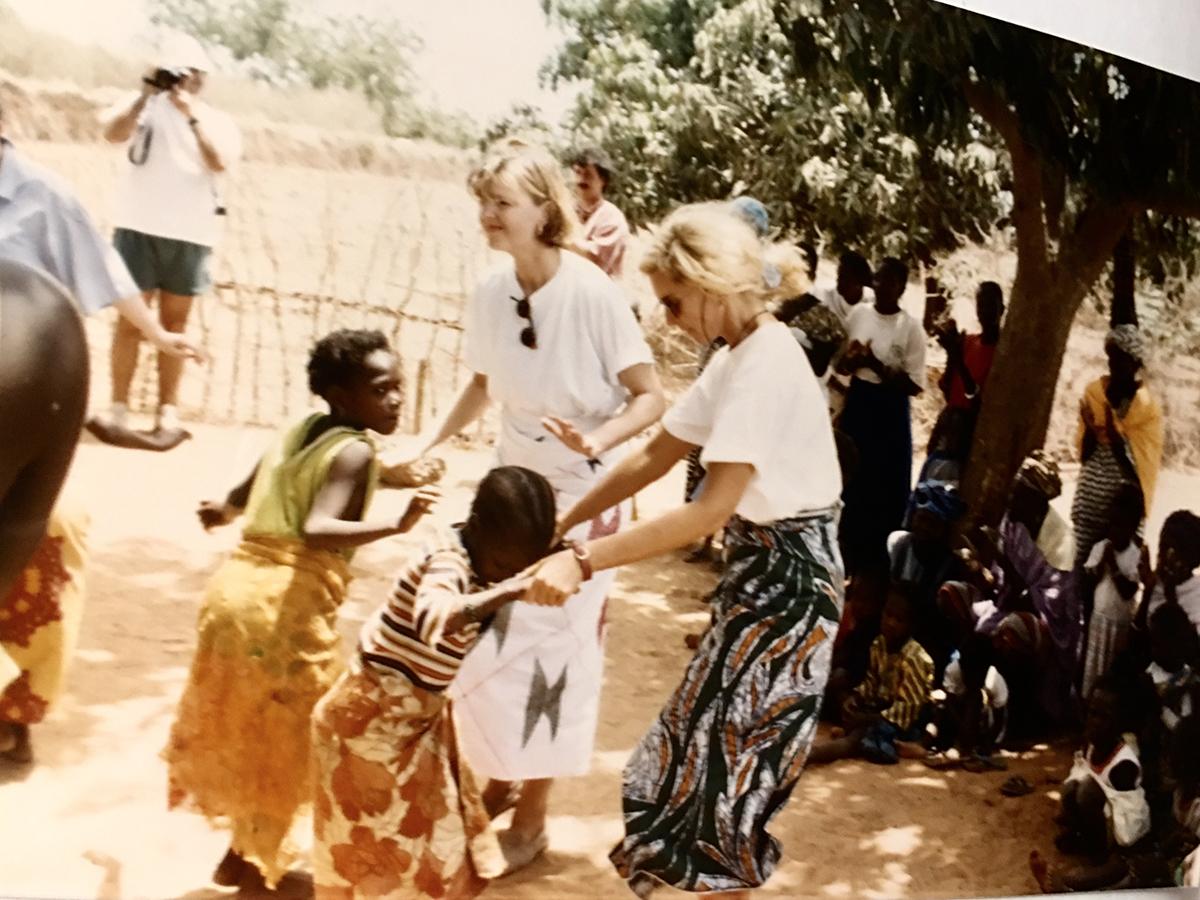 Marie Lincourt avec une amie dans un village Sénégalais.