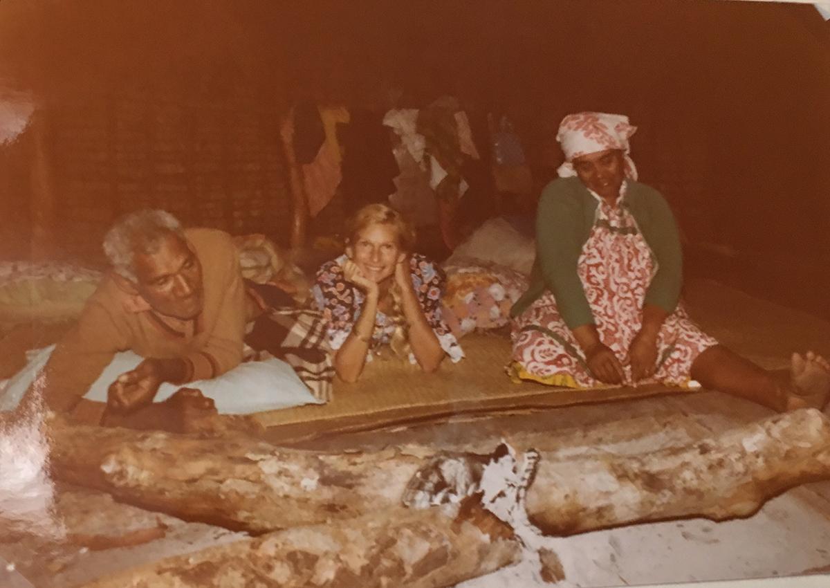 Chez le conteur , Marie avec eux sur la natte au coin du foyer
