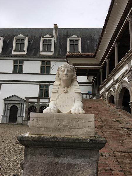 Rampe d'accès gardée par un sphinx