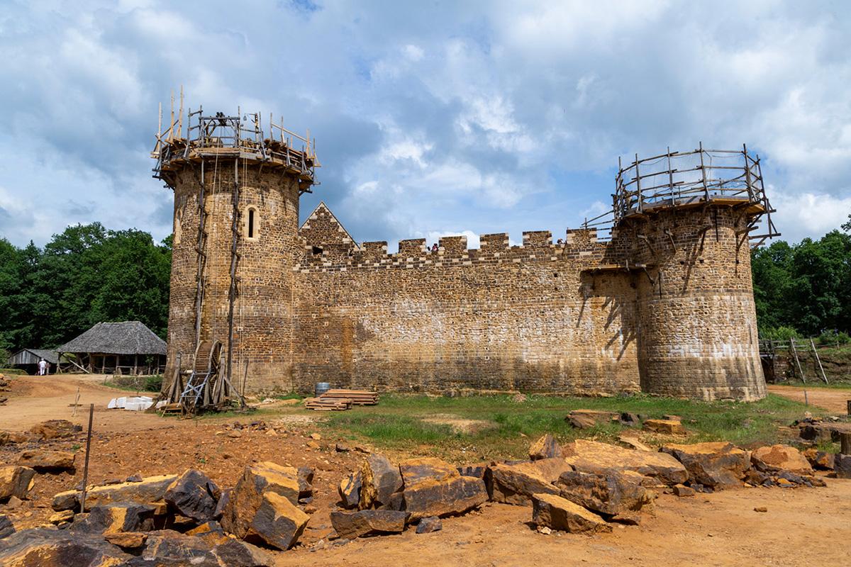 Le château de Guédelon est né il y a 20 ans et il devrait s'achever dans 5 ans… ou plus! © Caroline Paux