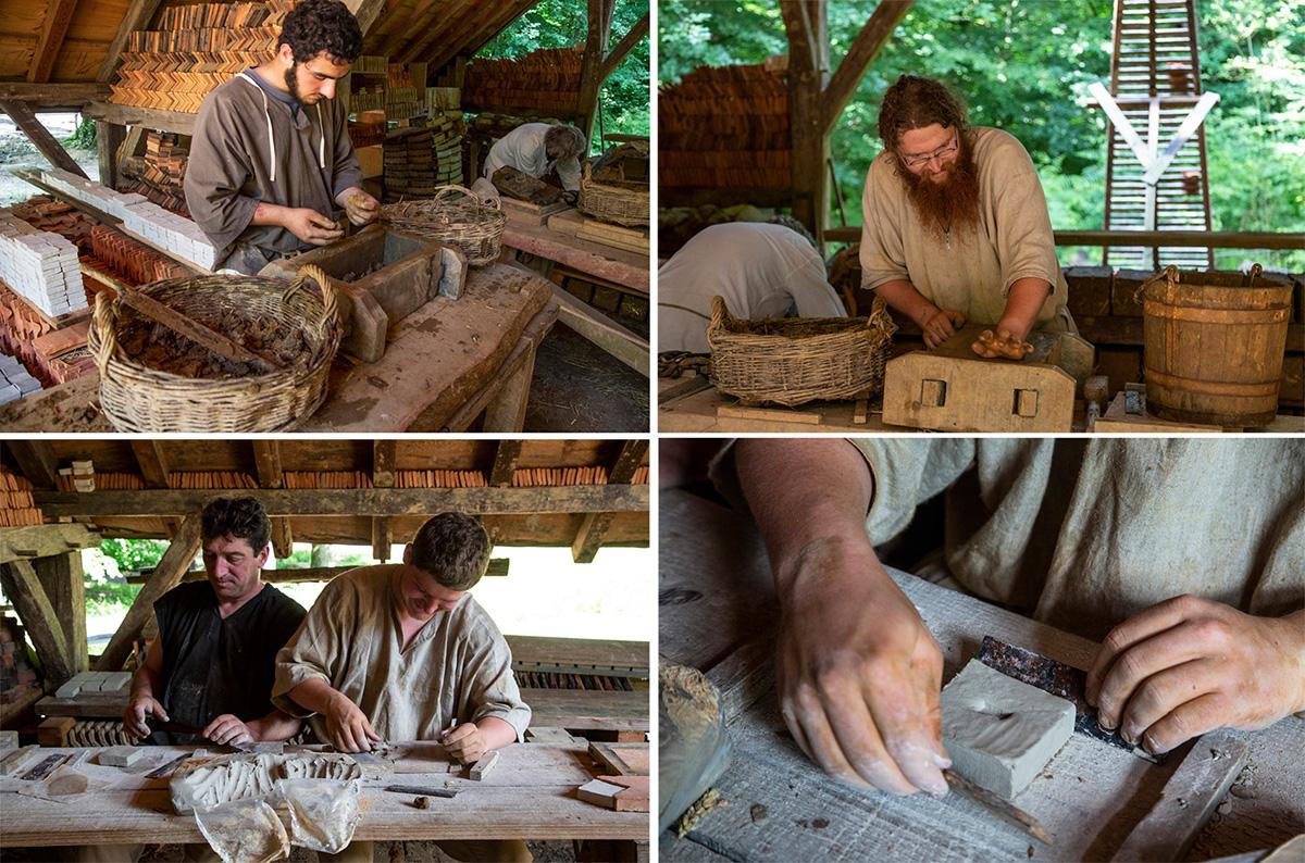 Les tuiliers fabriquent, à partir de terre glaiseuse, les tuiles et les carreaux de pavement pour le château. Les tuiles sont moulées dans des cadres de bois. 25000 tuiles couvrent le toit du logis seigneurial. © Caroline Paux