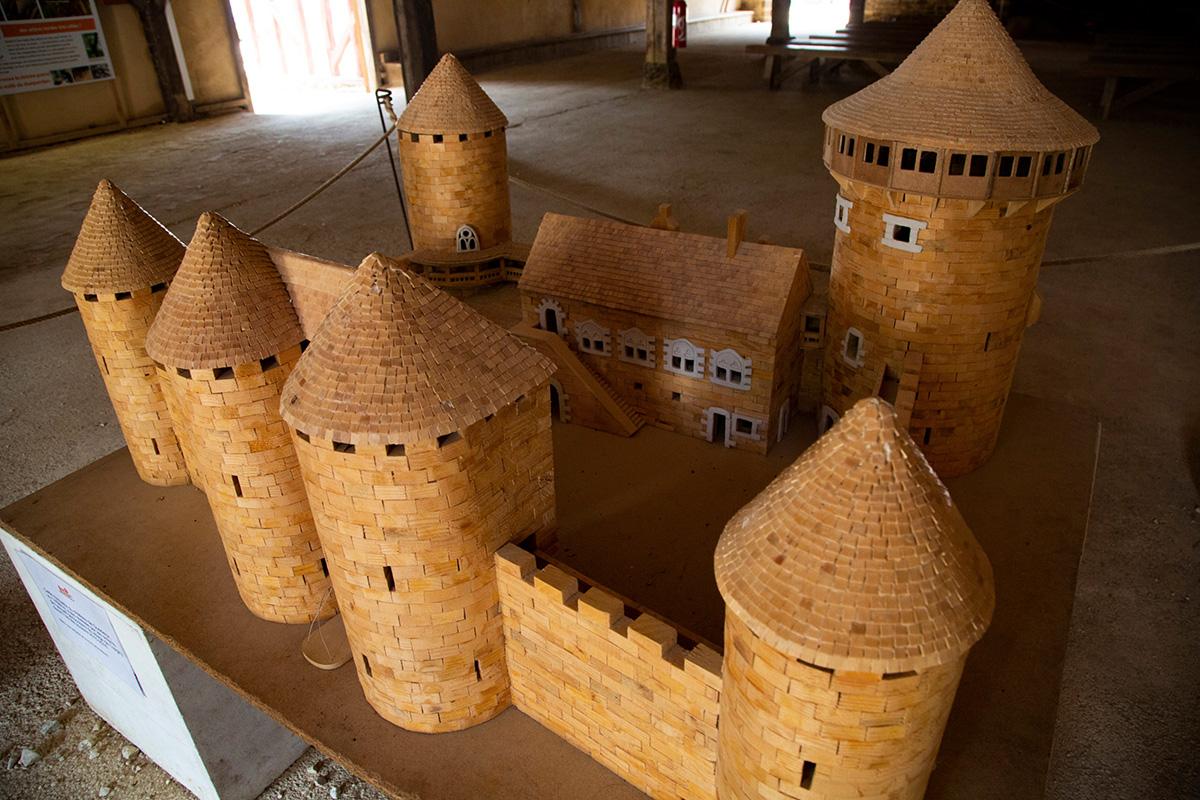 Cette maquette du château de Guédelon a été réalisée au 1/40e par des enfants du village de Treigny durant l'année scolaire 2015-2016. © Caroline Paux