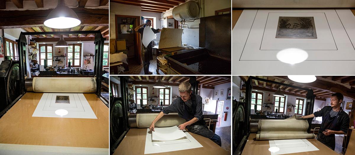 Killian prend une feuille de papier vierge qu'il pose dessus la plaque.