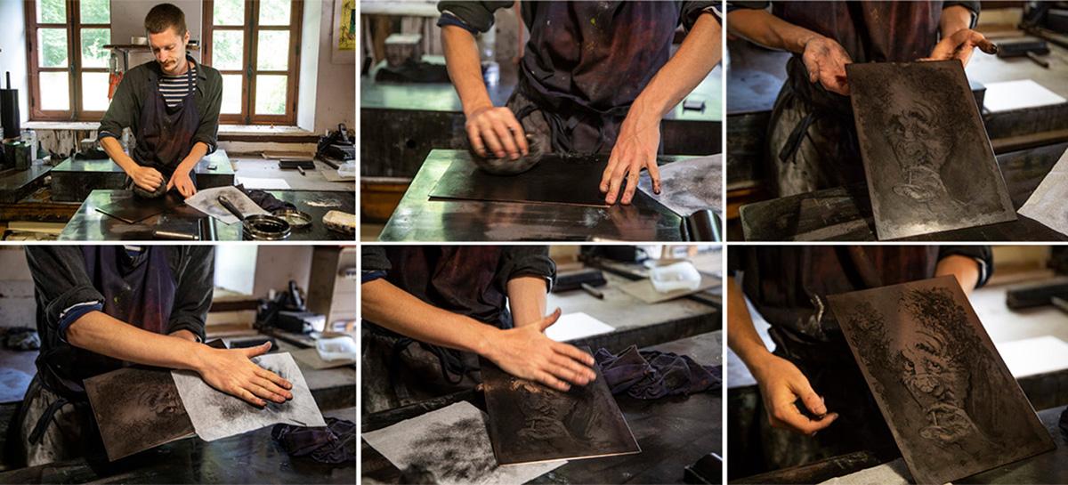 Killian Moyon fait la démonstration d'une impression à partir d'une plaque de cuivre gravée.