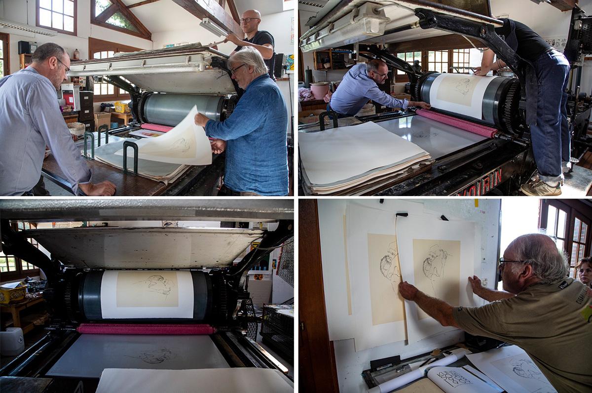 La presse tourne feuille à feuille pour le tirage d'un dessin de l'artiste Gustave Klimt.