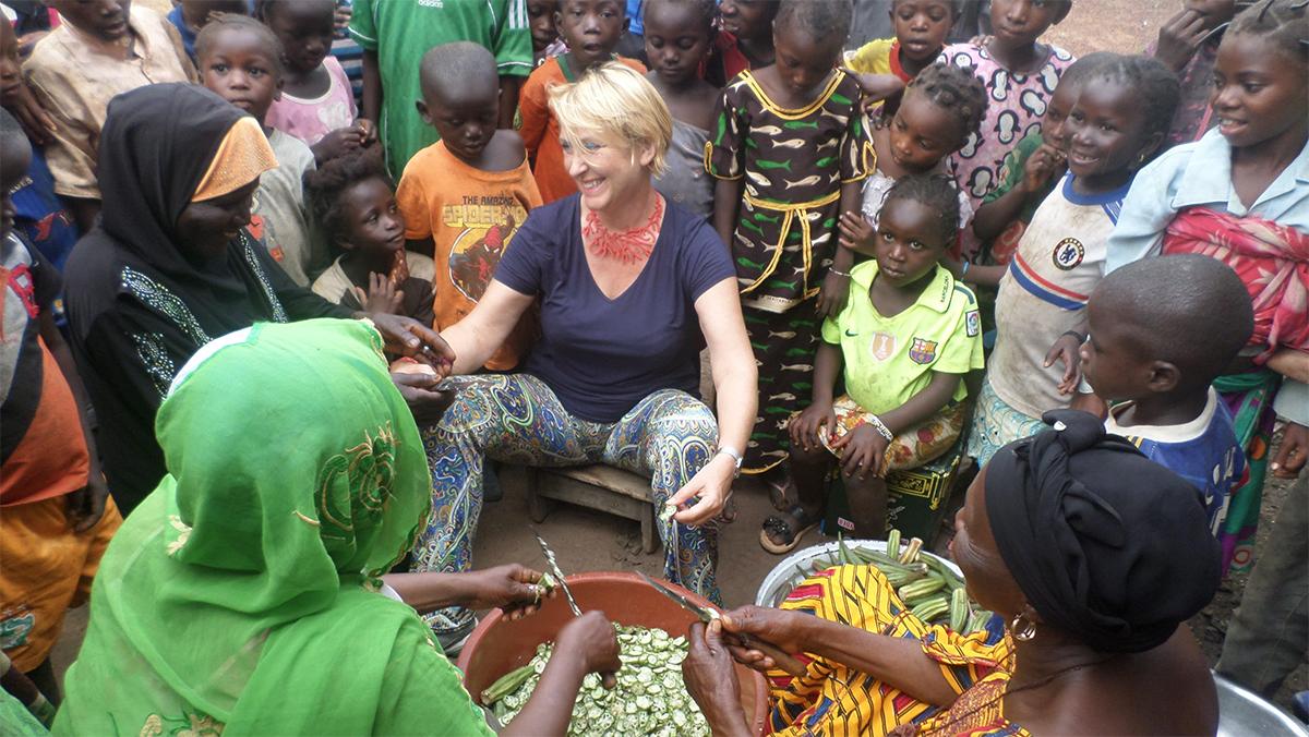 Sylvie Méliet avec les femmes du village