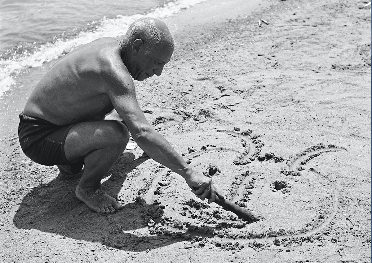 Picasso dessine sur le sable un portrait qu'unevague va effacer