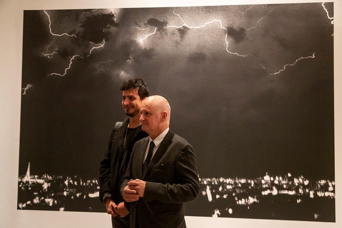Yusuf Sevinçli, est un photographe de rue. Une écriture singulière, pleine d'énergie, tout en noir et blanc.