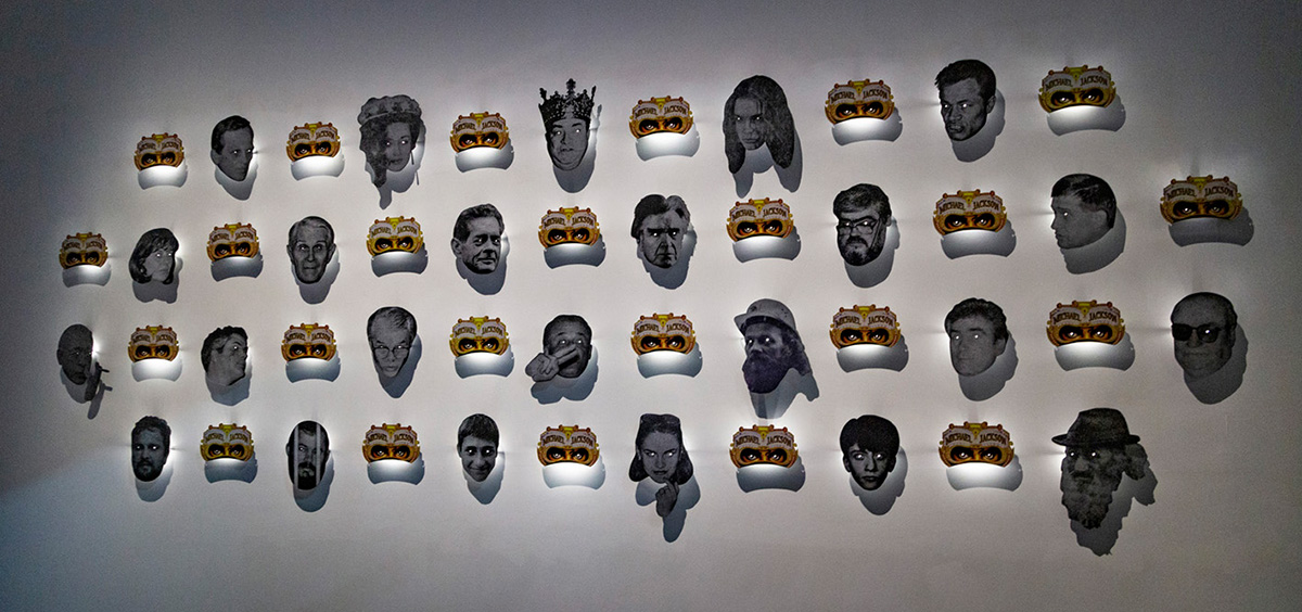 Cette installation murale est composée de masques distribués lors du concert de Mickael Jackson à Bucarest en 1992.