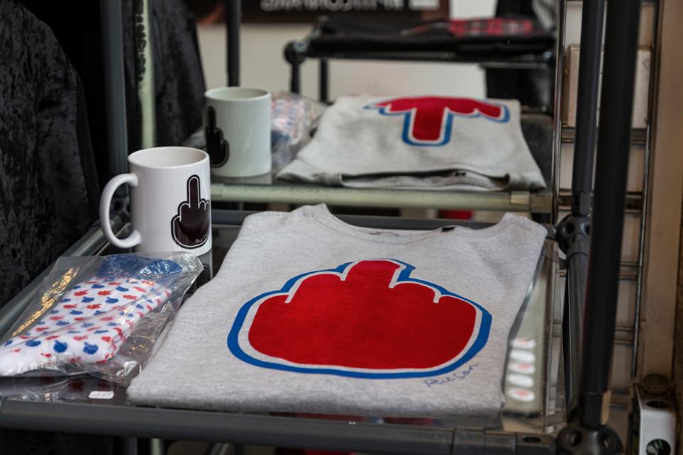 La gamme des produits commence à être assez large, chaussettes, mugs, sacs, t-shirts, weats, veste, pin's, etc… © Caroline Paux