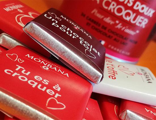Monbana a concocté Les mots doux à croquer, un assortiment de 24 carrés de chocolat noir et chocolat au lait avec un mot doux écrit sur chaque Napolitain.