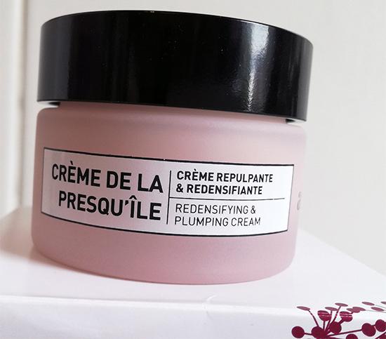 Crème repulpante et redensifiante, la Crème de la Presqu'île enveloppe la peau pour une sensation de confort immédiat.
