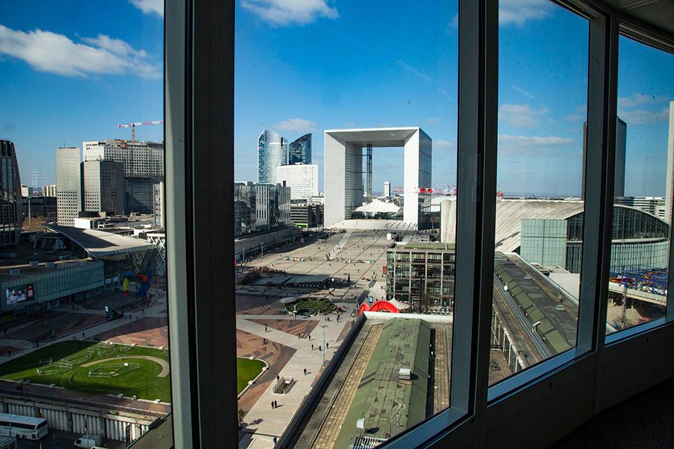 Paris La Défense est une vitrine du dynamisme économique de la France, mais aussi et surtout un lieu qui accueille quotidiennement 180 000 salariés, 45 000 étudiants, 42 000 habitants, et près de 8,4 millions de visiteurs par an.