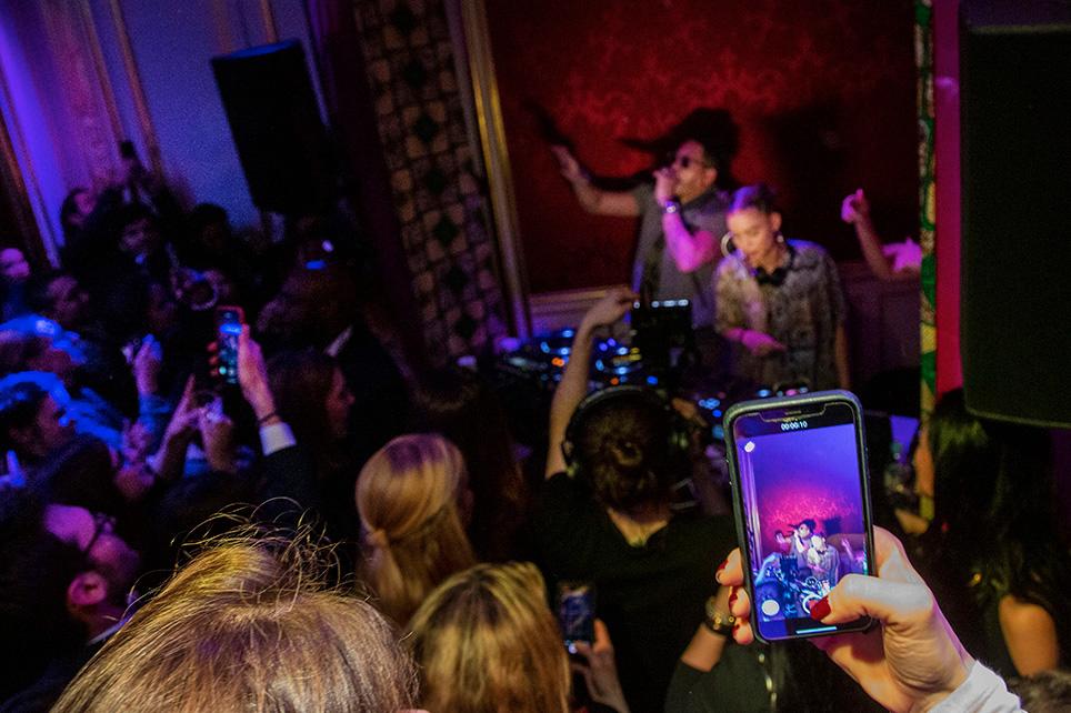 Voir JoeyStarr chanter lors de cette fête anniversaire a été un privilège que beaucoup ont enregistrésur leur smartphone !