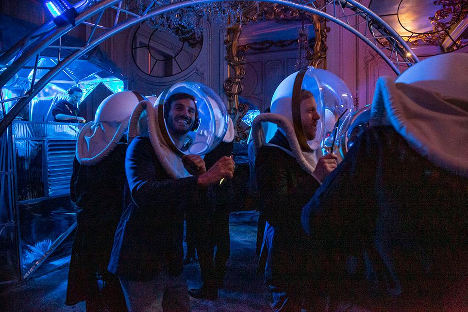 Étonnant spectacle que ces cosmonautes d'un soir, dans leur bulle… La musique était à l'intérieur!