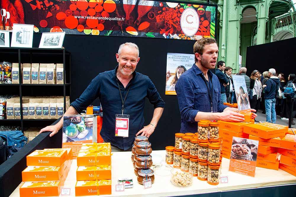 Laurent Beelprez présente avec enthousiasme les gourmandises de la Maison Pariès: les Mouchous, les pâtes à tartiner et les… merveilleuses Espelines.
