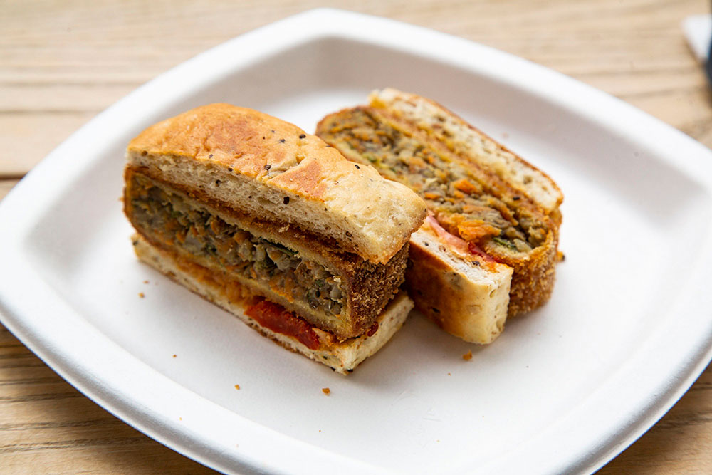 Le pain aux céréales toasté et ses petits légumes du Château de Versailles, signé Romain Meder pour Alain Ducasse.