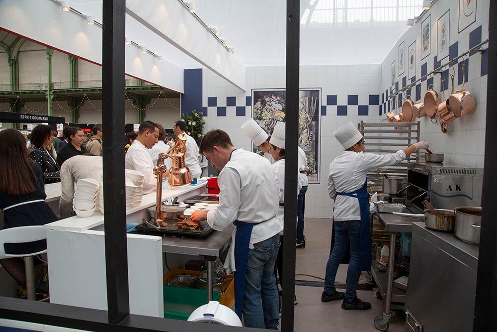 Beaucoup d'activité dans les différents espaces consacrés aux restaurants.