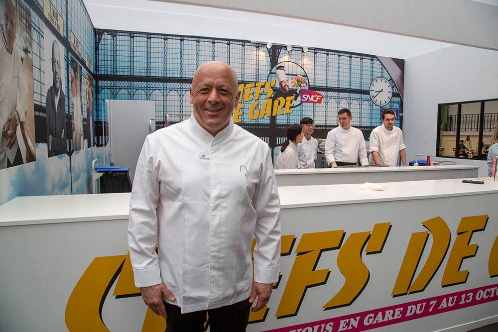 Le chef Thierry Marx devant le comptoir des Chefs de gare