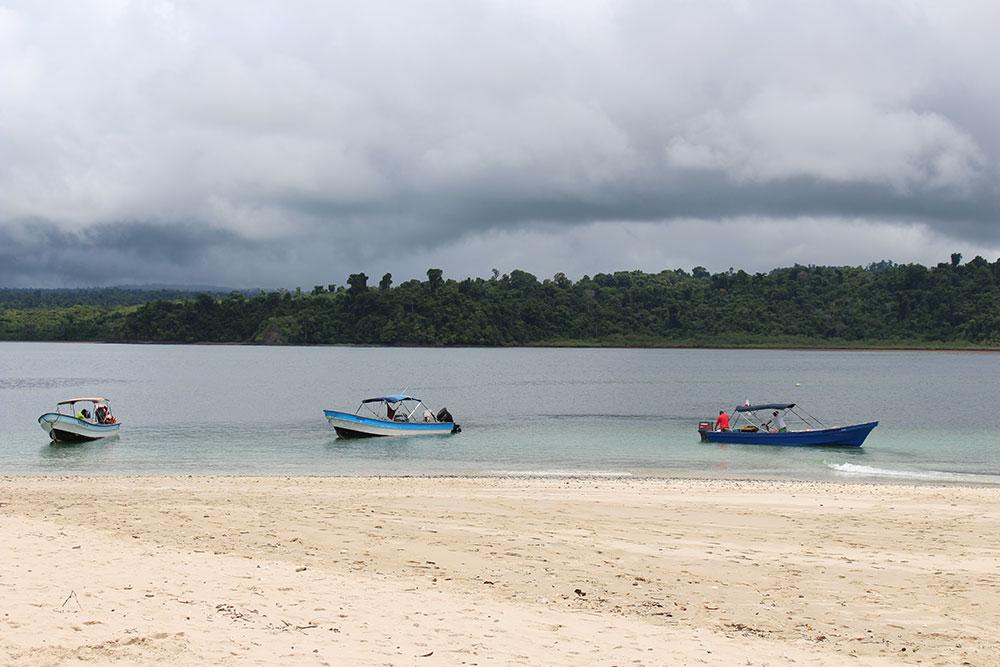 Bateaux accostés sur une île