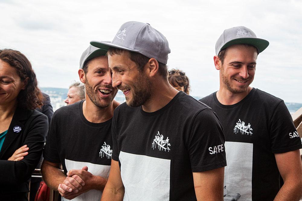 Saype et une partie de son équipe, ses copains d'enfance (il y avait Simon, Robin, Lionel),peuvent sourire. En huit jours ils ont réalisé une fresque monumentale de 15000 m2.