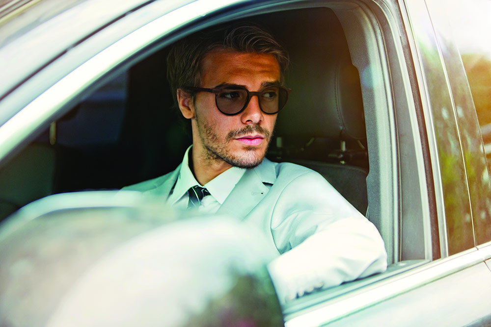 Homme en voiture avec des lunettes de soleil