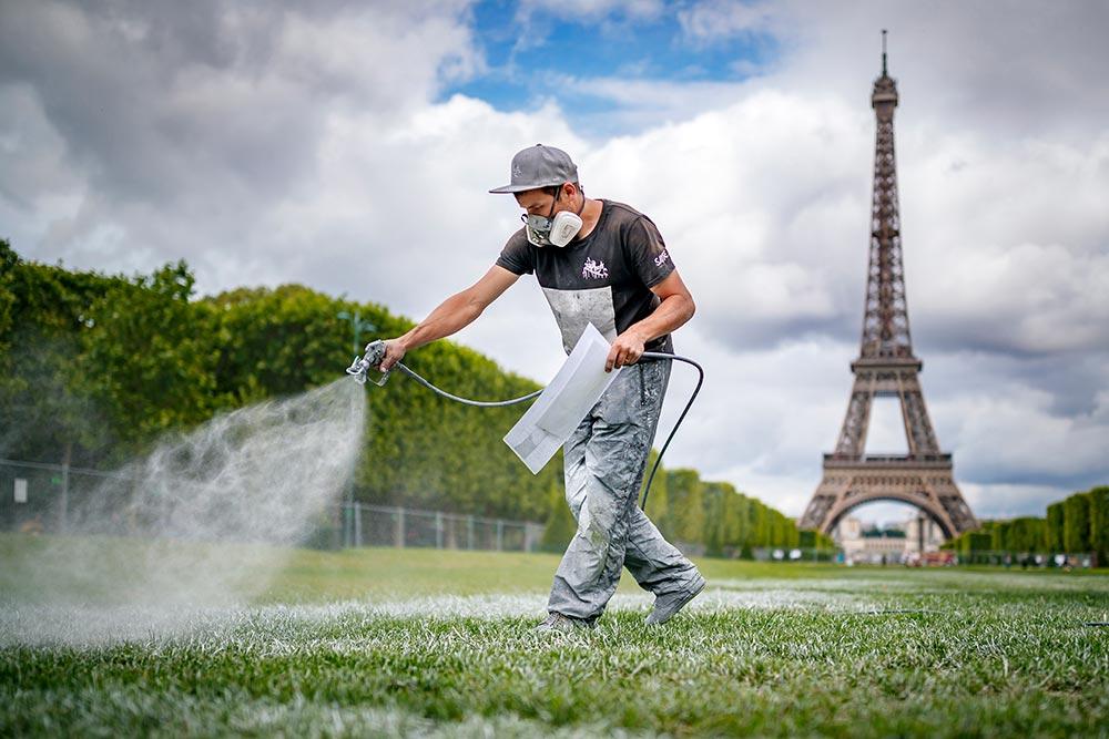Saype utilise un pistolet à peinture avec des produits 100 % biodégradables. Il a utilisé une tonne de pigments, à base de craie, de charbon et de caséine pour rendre la peinture le plus imperméable possible.