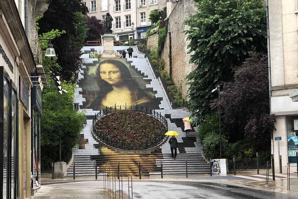 Reproduction de La Joconde de Léonard de Vinci sur l'escalier Denis Papin.