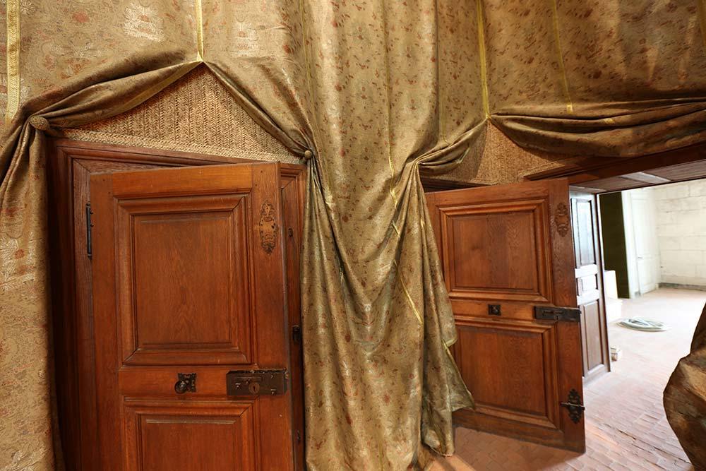 Le logis du roi est tendu d'une étoffe moderne imprimée de motifs d'époque.