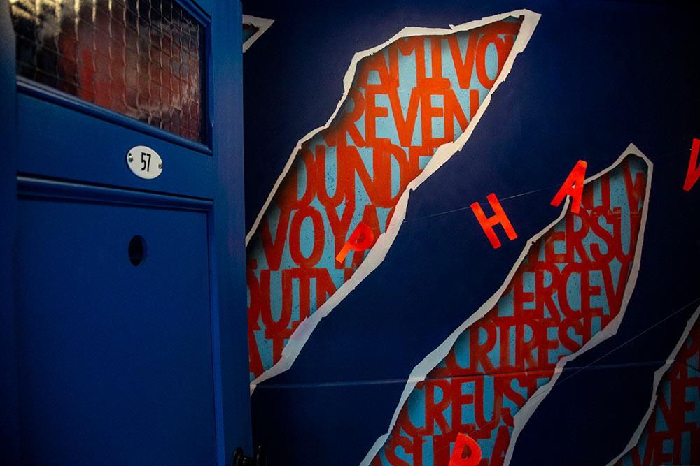 Le décor est en 3D, véritable trompe d'œil réalisé par ARDPG, un artiste qui aime les mots… «Vive les Mots-Litor»